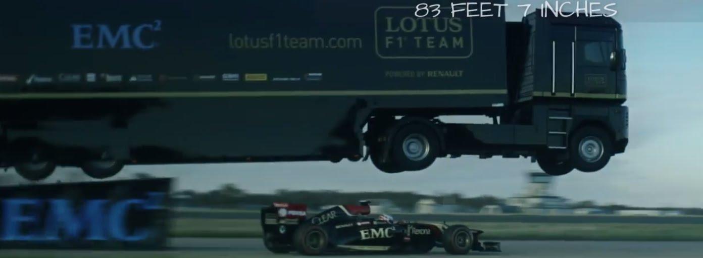 Photo of Lotus, tırla F1 aracının üstünden atladı
