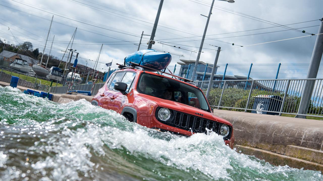 Photo of Jeep Renegade Trailhawk dalgalara karşı