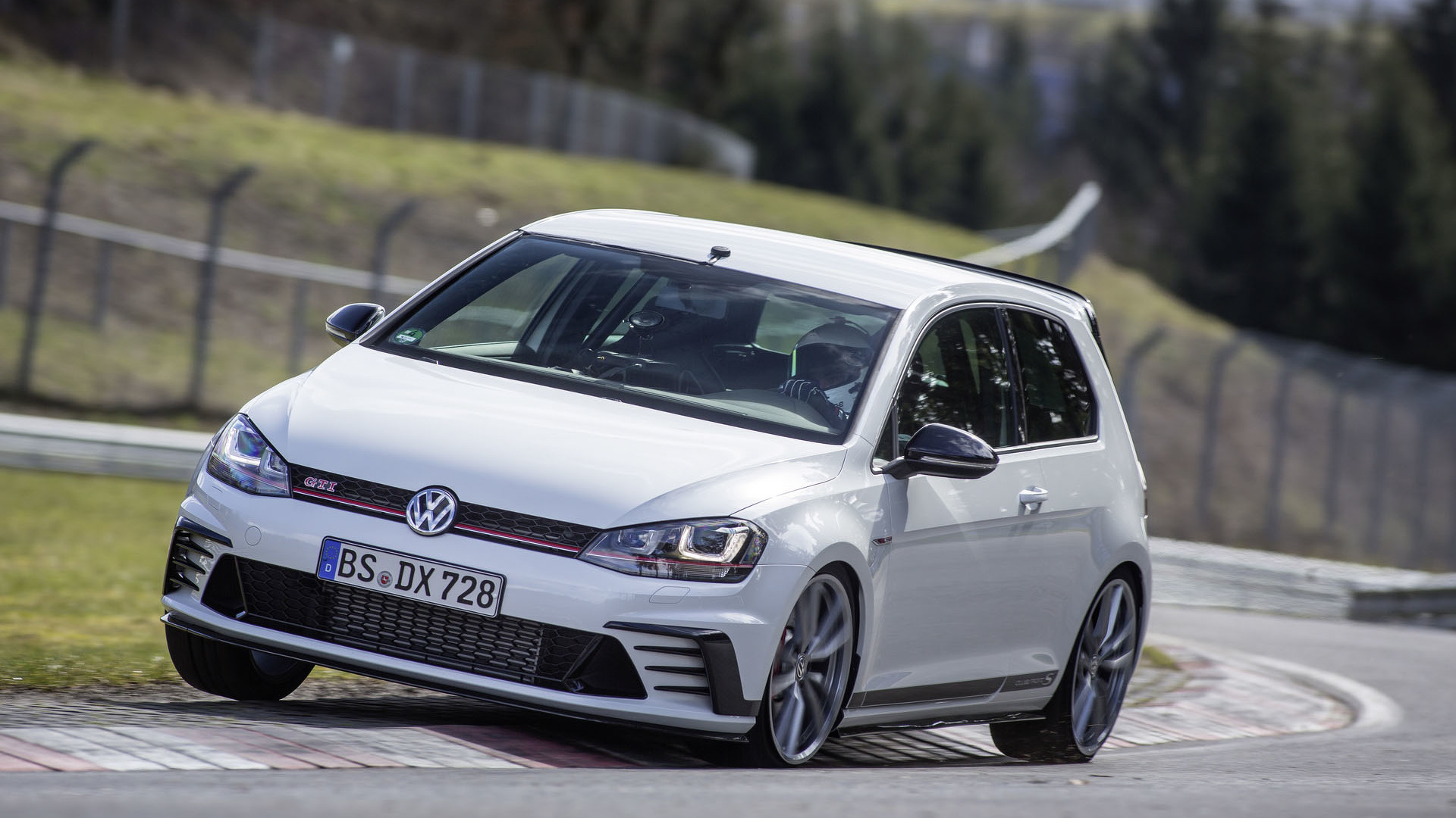 Photo of VW Golf Clubsport S kendi Nürburgring rekorunu kırdı