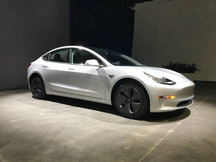 2. el Tesla Model 3 4