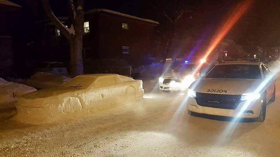Photo of Kanada'da kardan araba yapan adam polisleri kandırdı
