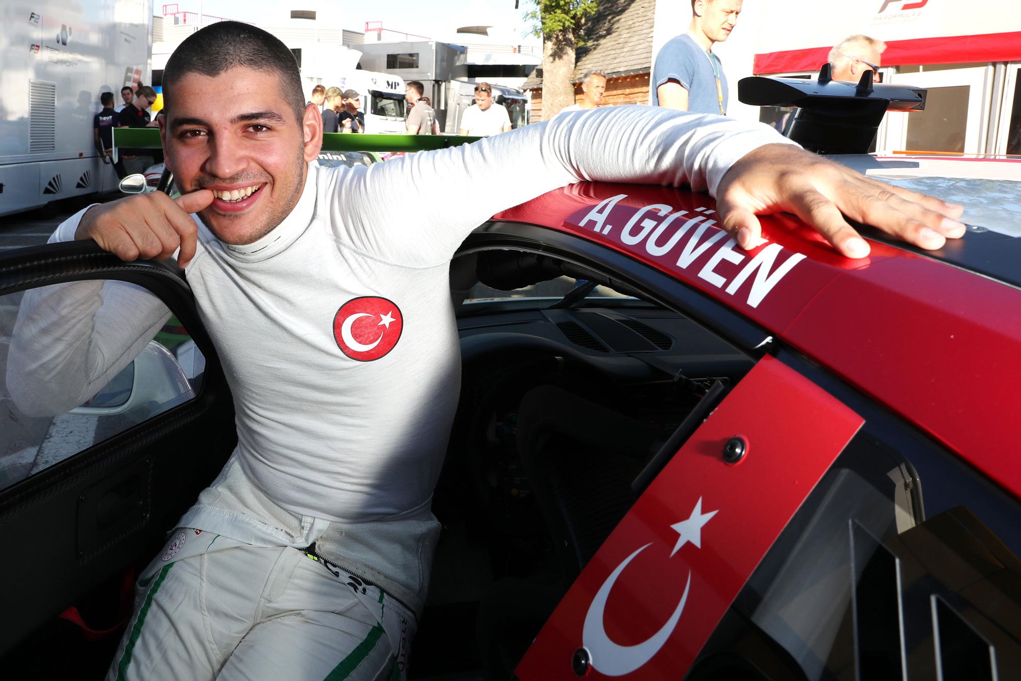 Photo of Ayhancan Güven emin adımlarla zirveye yürüyor